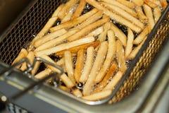 Processen av att steka pommes frites Arkivfoto