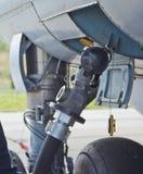 Processen av att tanka flygplanet i flygplats Bränsleslangen sätts in Royaltyfri Bild