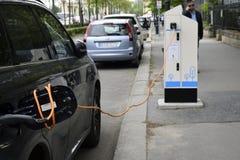 Processen av att uppladdning en elbil royaltyfri foto