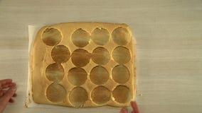Processen av att välja upp kakan gjuter från tabellen stock video