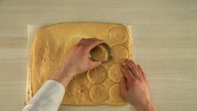 Processen av att välja upp kakan gjuter från tabellen lager videofilmer