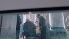 Processen av den kirurgiska operationen i sjukhus stock video