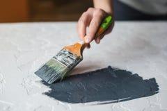 Processen av färgläggning i mörka grå färger färgar texturerad konkret yttersida för skrivbord Arkivbild
