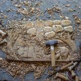 Processen av handen för panel för dekor för vägg för trä för elefanter 3D för trä densnida hand sned - gjord konst för teakträträ royaltyfri foto