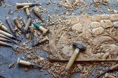 Processen av handen för panel för dekor för vägg för trä för elefanter 3D för trä densnida hand sned - gjord konst för teakträträ royaltyfria bilder