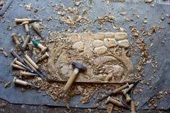 Processen av handen för panel för dekor för vägg för trä för elefanter 3D för trä densnida hand sned - gjord konst för teakträträ royaltyfria foton