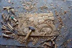 Processen av handen för panel för dekor för vägg för trä för elefanter 3D för trä densnida hand sned - gjord konst för teakträträ royaltyfri bild
