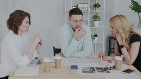 Processen av idékläckning i studio för inredesign Arbetare diskuterar fast beslutsamt projektet som meddelar och royaltyfri illustrationer