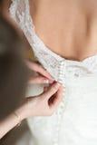 Processen av inställningen - upp brudens klänning Royaltyfri Bild