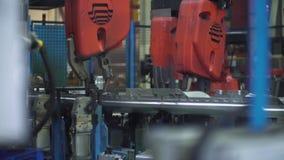 Processen av lastbilen förkroppsligar enheten med mekaniska armar arkivfilmer