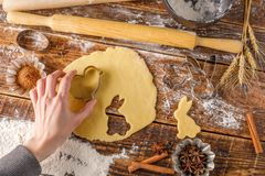 Processen av matlagning figurerade kakor Hand med deg för deg Arkivbild