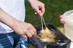 Processen av matlagningkorvrullar royaltyfria foton