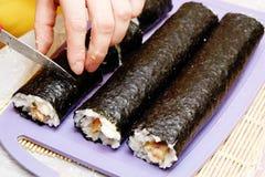 Processen av matlagningsushi och rullar Arkivbild