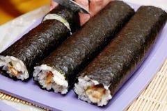 Processen av matlagningsushi och rullar Arkivfoto