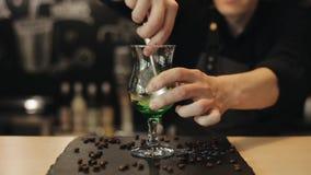 Processen av mojitoatt göra Bartenderhänder pressar limefrukt inom ett exponeringsglas med en metallsked lager videofilmer