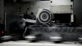 Processen av produktionvårar från tråd på växten visas arkivfilmer