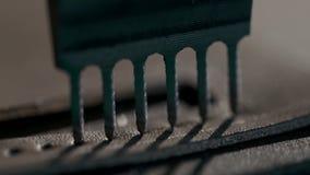 Processen av tillverkning en handgjord läderplånbok Hantverkarestansmaskinhålen för att exponera Handgjort lädergods stock video