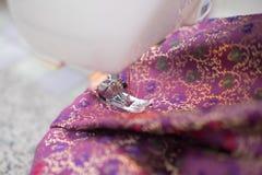 Processen om zijde op de naaimachine te naaien Stock Fotografie