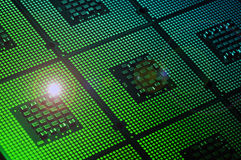 Processeur d'ordinateur aligné avec des effets de feu vert photographie stock libre de droits