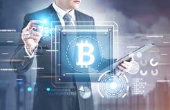 Processeur de signe de Bitcoin, interface de HUD, homme Images stock