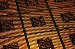 Processeurs d'ordinateur alignés avec le postproduction d'effets de la lumière images libres de droits