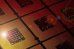 Processeurs d'ordinateur alignés avec le postproduction d'effets de la lumière image stock