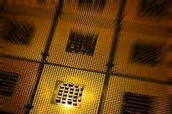 Processeurs d'ordinateur alignés avec le postproduction d'effets de la lumière images stock