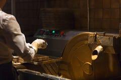 Processi a macchina e cioccolato della creazione, cioccolato di versamento Immagine Stock Libera da Diritti
