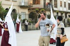 Procession av den heliga veckan i Galicia (Spanien) och en hund Royaltyfria Foton