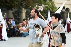 Procession av den heliga veckan i Galicia (Spanien) och en hund Royaltyfria Bilder