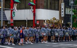 Procession av den Mikoshi Matsuri festivalen arkivbild