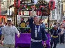 Procession av den Mikoshi Matsuri festivalen royaltyfri bild