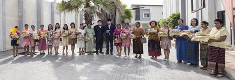 Procession av föräldrarna för brudgum` s arkivbilder