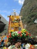 Procession av Herren av Torrechayoc i den Machupicchu byn Arkivfoto
