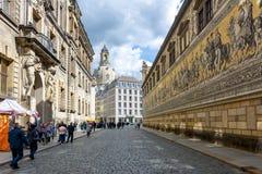 Procession av prinsar Furstenzug på den utvändiga väggen av den Dresden slotten, Tyskland royaltyfri bild