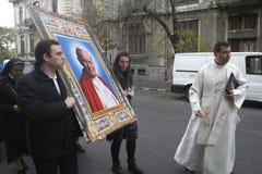 Procession med reliken av den Sanka påven John Paul II royaltyfri bild