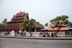 Processione aspettante dei monaci della gente laotiana per le offerti messe a dell'alimento Fotografie Stock