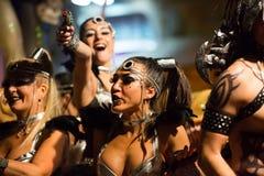 Processione del carnevale a Sitges nel tempo di sera spain Fotografia Stock
