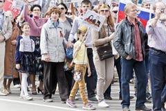 Processione della gente in reggimento immortale sulla vittoria annuale Immagine Stock