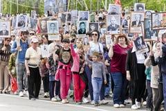 Processione della gente in reggimento immortale sulla vittoria annuale Fotografie Stock Libere da Diritti