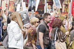 Processione della gente in reggimento immortale sulla vittoria annuale Fotografie Stock