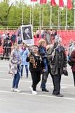 Processione della gente in reggimento immortale sulla vittoria annuale Immagini Stock