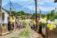 Processione di giorno di St John & del vulcano, Guatemala Fotografie Stock Libere da Diritti