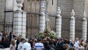 Processione in onore del vergine Santa Maria la Blanca, Toledo Cathedral, Spagna stock footage
