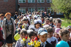 Processionen och lägga av blommor av skolbarn till minnesmärken av stupade soldater kan på 9 i den Kaluga regionen av Ryssland Royaltyfria Foton