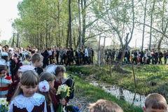Processionen och lägga av blommor av skolbarn till minnesmärken av stupade soldater kan på 9 i den Kaluga regionen av Ryssland Fotografering för Bildbyråer
