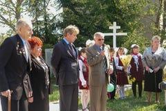 Processionen och lägga av blommor av skolbarn till minnesmärken av stupade soldater kan på 9 i den Kaluga regionen av Ryssland Royaltyfri Bild