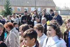 Processionen och lägga av blommor av skolbarn till minnesmärken av stupade soldater kan på 9 i den Kaluga regionen av Ryssland Royaltyfri Fotografi