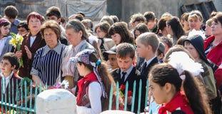 Processionen och lägga av blommor av skolbarn till minnesmärken av stupade soldater kan på 9 i den Kaluga regionen av Ryssland Arkivbilder