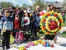 Processionen och lägga av blommor av skolbarn till minnesmärken av stupade soldater kan på 9 i den Kaluga regionen av Ryssland Royaltyfri Foto